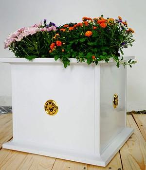 Blumenübertopf aus Aluminium mit Goldrosetten, weiß